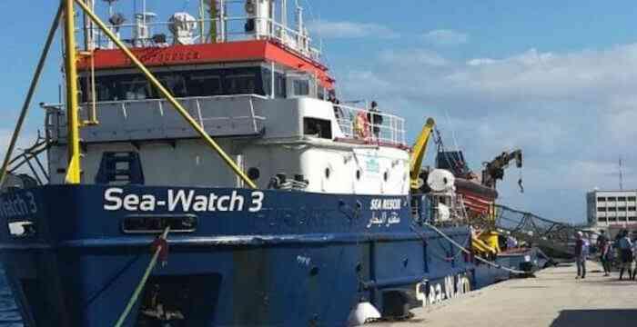 """Parlamentari italiani a bordo della Sea Watch. Salvini: """"Nessuno sbarcherà"""""""